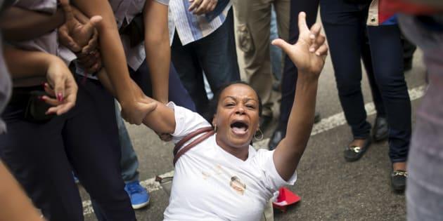 Une manifestante arrêtée lors d'une manifestation pour le respect des droits de l'homme à Cuba, le 10 décembre 2015. REUTERS/Alexandre Meneghini