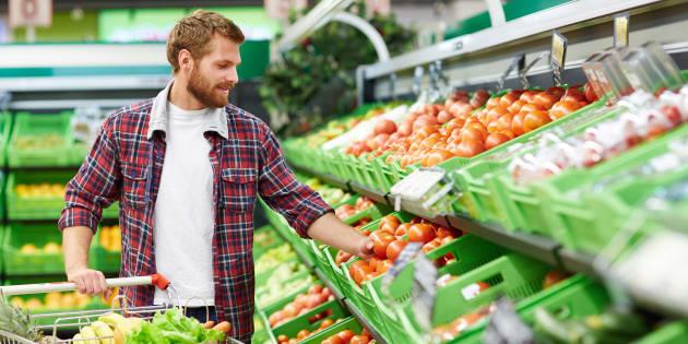 Un cliente compra frutas en un supermercado.