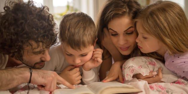 Jovens pais leem histórias para e com seus filhos.
