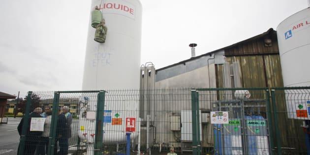 Des employés de GM&S de La Souterraine devant leur usine piégée par des bonbonnes de gaz, le 11 mai.