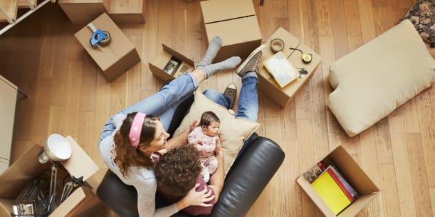 Una pareja de jóvenes estrena su casa de alquiler con su hijo.