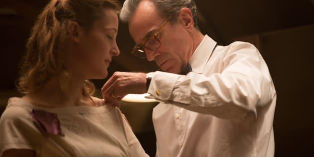Daniel Day-Lewis e Vicky Krieps, em cena de 'Trama Fantasma'