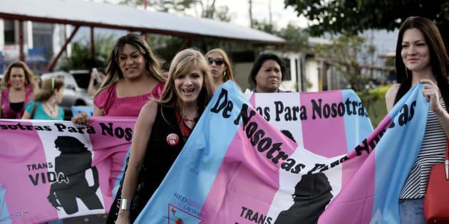 San José, Costa Rica: Em 9 de janeiro, membros da comunidade LGBT celebram em frente ao parlamento após a Corte Interamericana de Direitos Humanos reconhecer o casamento homoafetivo.
