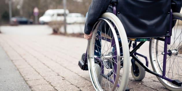 Au moins au Québec, l'Office des personnes handicapées du Québec permet l'accès aux biens et aux services essentiels liés au handicap.