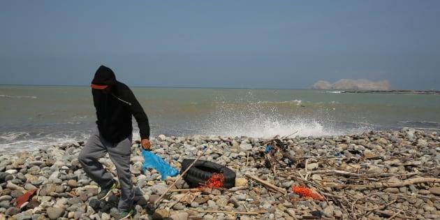 Por menos plástico y más vida limpian la playa más sucia de Latinoamérica.