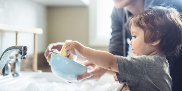 5 raisons pour lesquelles à la maison, le partage des tâches quotidiennes fonctionne à merveille avec 4 enfants.