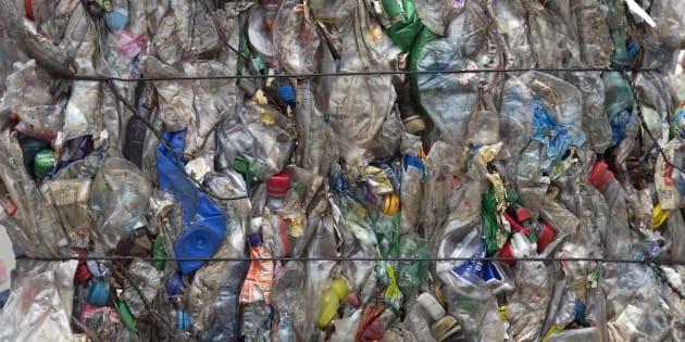 Des bouteilles en plastique triées et compressées à Berlin, en 2014 (photo d'illustration)