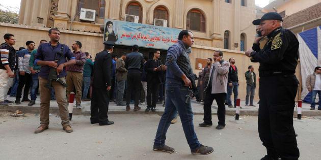 Les forces de sécurité et des anonymes devant l'église attaquée le 29 décembre, au Caire.