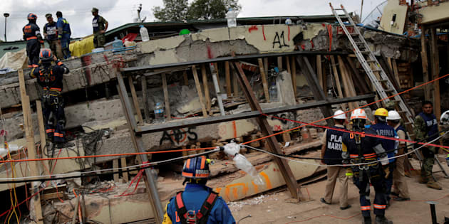 22 de septiembre de 2017. Miembros de los equipos de rescate en un intento de recuperar más sobrevivientes o cuerpos en la escuela siniestrada.