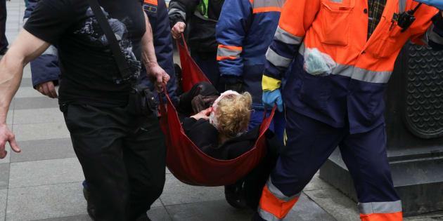 Una persona lesionada es ayudada por los servicios de emergencia fuera de la estación de metro de Sennaya Ploshchad, después de las explosiones en dos vagones de tren en las estaciones de metro en San Petersburgo.
