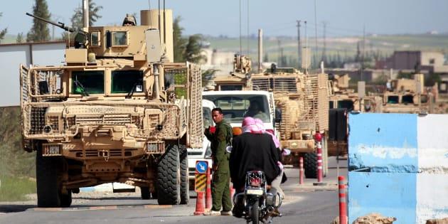 Imagen tomada el pasado 3 de abril en Manbij (norte de Siria) de vehículos de la coalición que lidera EEUU en el país.