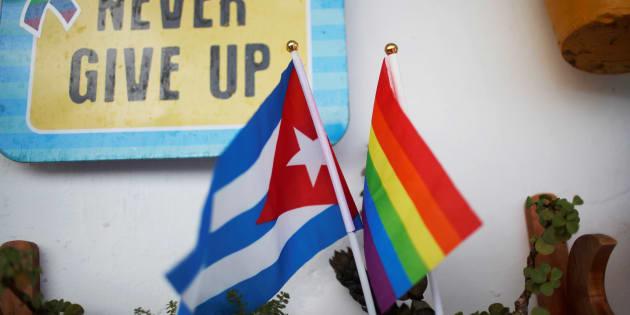 Un rainbow flag photographié à proximité d'un drapeau cubain au mois d'août.
