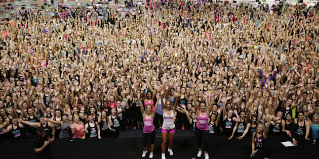 2,500 Aussie women just broke the Guinness World Record for the most people in one group to jump squat for one minute.