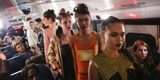 Faute de moyens, cette créatrice organise son défilé de mode dans un car scolaire