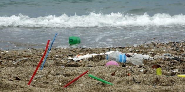 Imagen de una playa en Grecia, donde los visitantes dejaron cientos de productos de plástico en la playa. (Photo by Milos Bicanski/Getty Images)