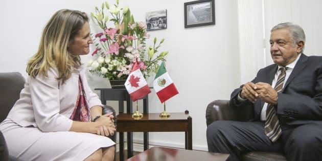 La ministra de Asuntos Exteriores de Canadá,  Chrystia Freeland, y el virtual presidente electo de México, Andrés Manuel López Obrador.