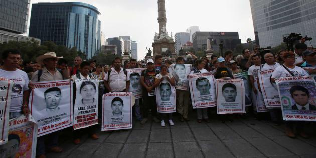 Miembros de los estudiantes de la normal 'Isidro Burgos' en la marcha del 26 de septiembre de 2017, al cumplirse un año de la desaparición masiva.