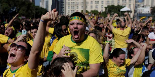 No Rio, torcedores vão à loucura com gols do Brasil nos acréscimos contra a Costa Rica.