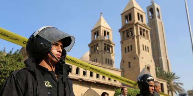 Des membres des forces de l'ordre devant la cathédrale copte Saint-Marc du Caire, le 11 décembre 2016.