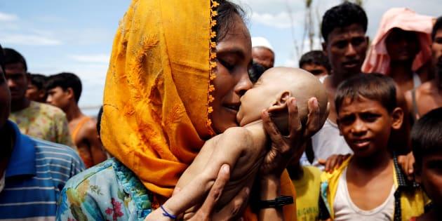 Hamida piange il figlio, morto a 40 giorni durante la fuga dal Myanmar. Il dramma dei Rohingya negli scatti Reuters