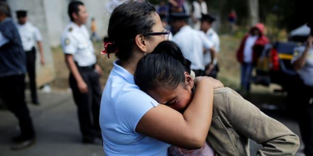 Familiares de luto pelo incêndio em orfanato da Guatemala.