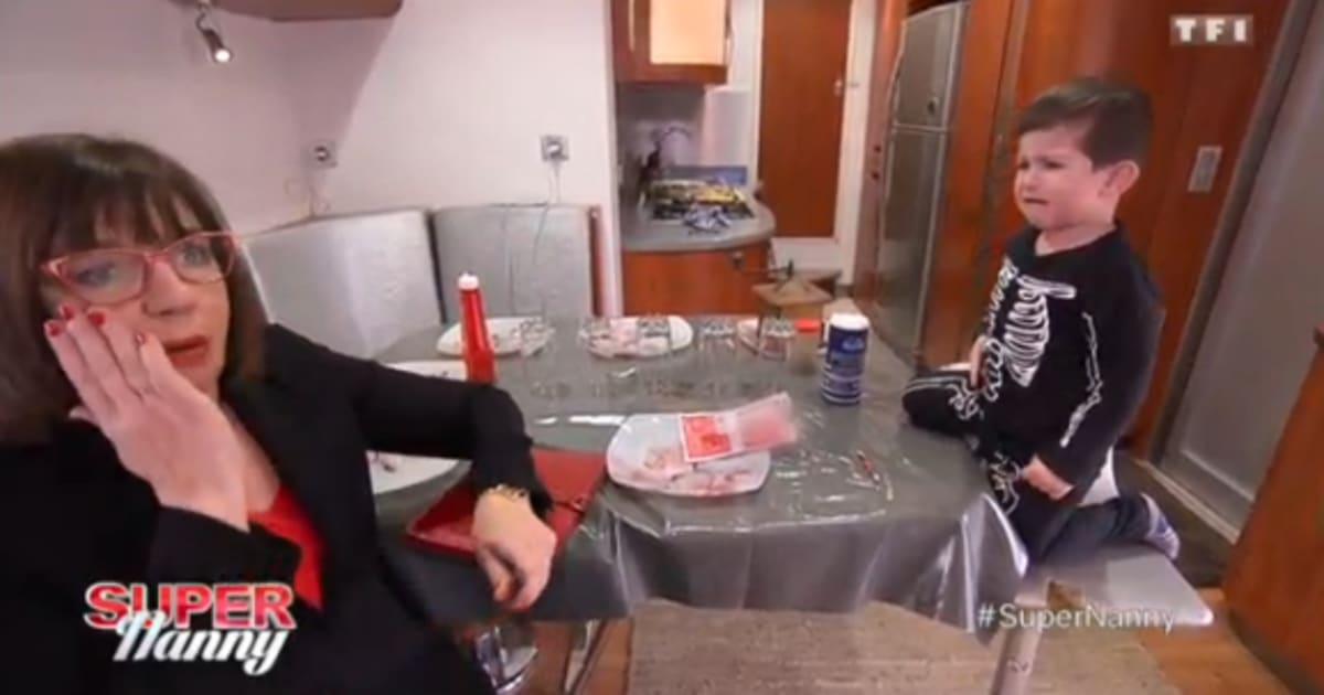 ivre de rage cet enfant lance une fourchette au visage. Black Bedroom Furniture Sets. Home Design Ideas