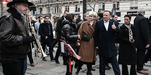 Le premier ministre Legault accompagné de sa femme Isabelle Brais et de la ministre des Relations internationales Nadine Girault et de la déléguée générale du Québec à Paris Line Beauchamp, déambulant sur une rue parisienne.