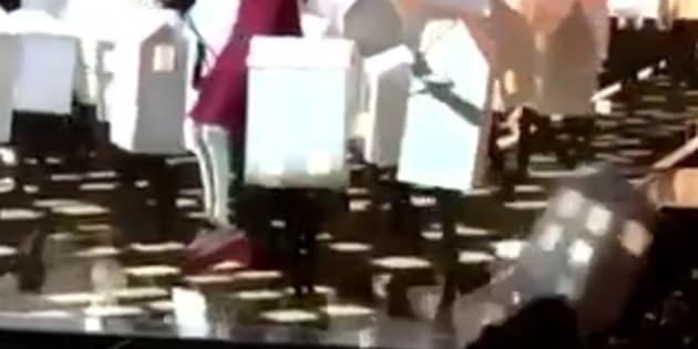 Un des danseurs déguisés en maison s'écroule sur le public lors de la performance de Katy Perry