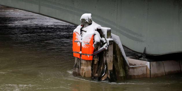 Le Zouave du Pont de l'Alma à Paris ce mercredi 7 février. Cette référence des crues parisiennes a été équipée d'un gilet de sauvetage par le photographe Yann Arthus-Bertrand et sa fondation Goodplanet. REUTERS/John Schults