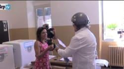 Grillo show al seggio, insulta il giornalista e snobba il