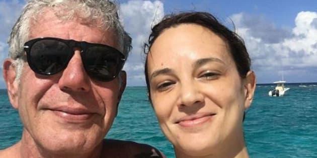 """Asia Argento posta un selfie con Bourdain: """"Due settima"""