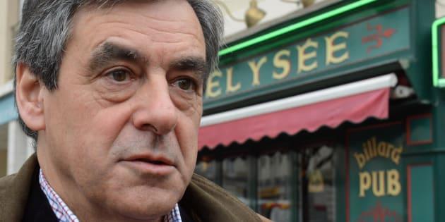 """François Fillon quitte le pub """"Elysée"""" à Sablé-sur-Sarthe, le 20 mars 2015."""