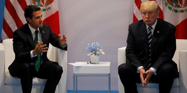 El presidente estadounidense Donald Trump habla con Enrique Peña Nieto durante una reunión bilateral en el G20 en Hamburgo, Alemania.