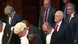 Corbyn non si inchina davanti alla regina e rompe il protocollo del Queen's
