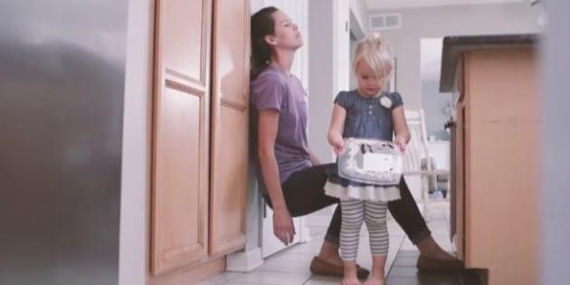Cette vidéo montre qu'une journée normale d'une mère c'est une journée magique pour son enfant