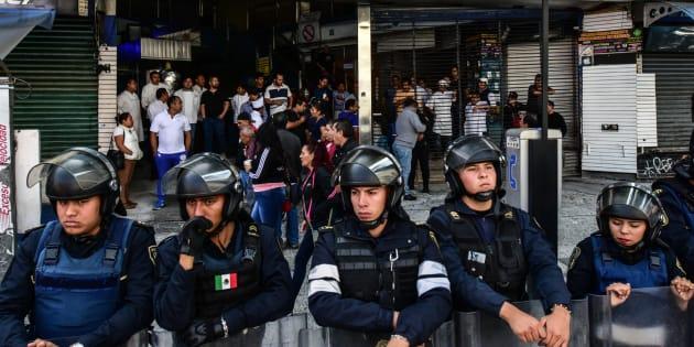 Elementos de la Secretaría de Seguridad Pública (SSP) de la capital, en un operativo en la Plaza Meave ubicada sobre Eje Central, en Ciudad de México, el 14 de agosto de 2018.