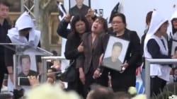 L'extrême émotion des proches de Shaoyo Liu rassemblés place de la