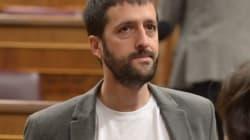 Un dirigente de Podemos se presenta en el Congreso con una camiseta de los 'papeles de Bárcenas' y una mención a