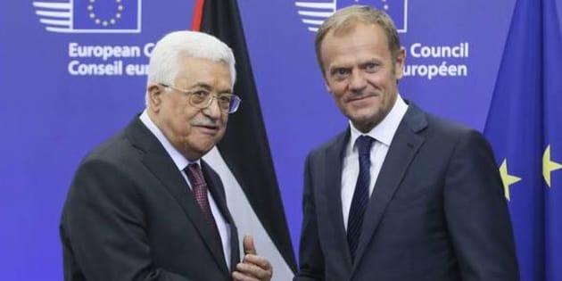 Il presidente palestinese Mahmoud Abbas accolto dal presidente del Consiglio europeo Donald Tusk a Bruxelles