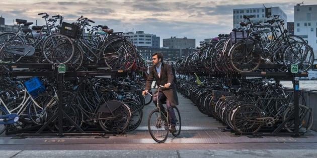 Un stationnement à vélos d'Amsterdam