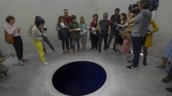 Turista italiano risucchiato in un buco nero: era l'opera dell'artista Anish