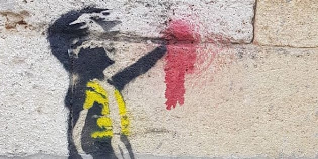 Cette fillette à la main arrachée et en gilet jaune fait forcément penser à l'œuvre du mystérieux Banksy.