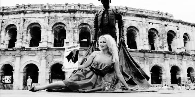 Contre la corrida, Pamela Anderson brandit un taureau en sang devant les arènes de Nîmes