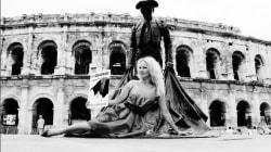 Pamela Anderson brandit un taureau en sang devant les arènes de