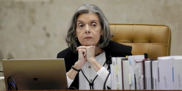 """Ministra Cármen Lúcia: """"Sensibiliza-se para os direitos humanos com maior solidariedade até com os erros pouco humanos, não com mordaça""""."""
