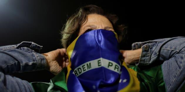Manifestante no Rio de Janeiro após o ex-presidente Luiz Inácio Lula da Silva ser condenado por corrupção.