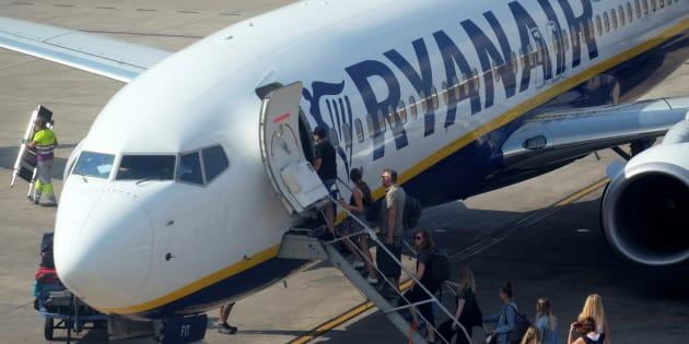 Un grupo de pasajeros se suben a un avión de Ryanair en Valencia durante la huelga de tripulantes en julio de 2018.