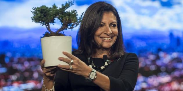 Anne Hidalgo montre un arbre, symbole de la lutte contre le réchauffement climatique, lors du Sommet des Maires en décembre 2016 au Mexique.