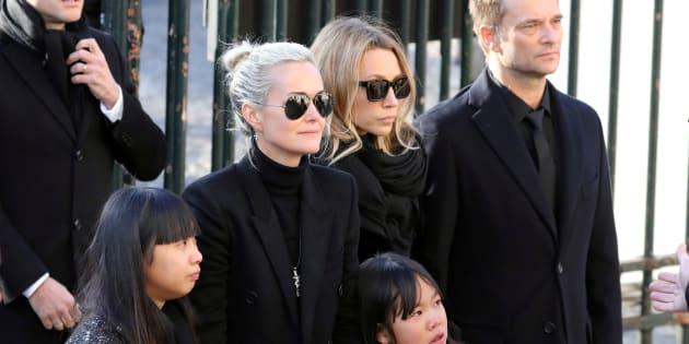 Avant l'affaire de l'héritage : Laeticia Hallyday, ses filles Jade et Joy, et Laura Smet et David Hallyday le 9 décembre 2017 à la Madeleine à Paris pour l'enterrement de Johnny.