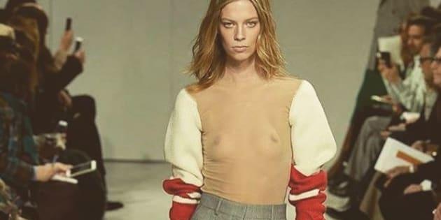 Calvin Klein propose un pull avec des manches... seulement.